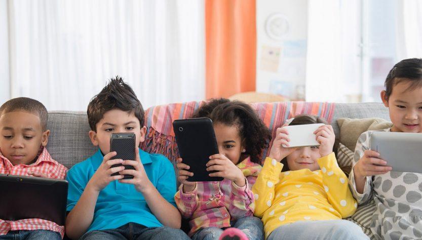 Menghindarkan Anak dari Kecanduan Bermain Gadget